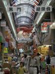 翌18日、大阪の台所、黒門市場を散策。頭上にはいろいろな魚の巨大なハリボテ。これぞ「づぼらや」「かに道楽」の流れを汲む大阪商人文化の最たるものではないか。