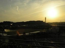 新横浜・日産スタジアムから眺める夕日。