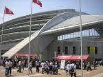 神戸ウイングスタジアム。屋台が出るなど賑やか。