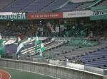 雨を避けて後方に下がって応援する東京Vのゴール裏サポ。選手個々の歌がないのは物足りない。