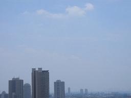 梅雨明けが発表されたさいたま市の空。熱で空気が淀んでいる。