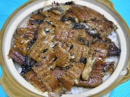 土鍋で炊いたご飯に蒲焼をのせる「ひつまぶし風土鍋うなぎごはん」。