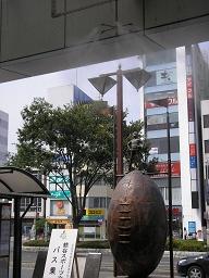 日本一暑い街・熊谷。駅前ではミストで温度を下げる。下はラグビーの像。