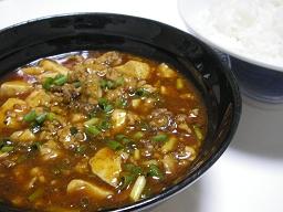 暑い夏は麻婆豆腐。ラー油と一味で辛さアップ。