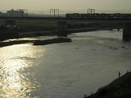 夕方、多摩川の丸子橋から撮影。東横線の鉄橋を渡る日比谷線直通電車。