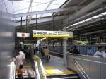 完成した横浜駅京急下り新ホーム。上下線の乗場が分離された。光が入り明るい。