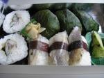 新幹線「こだま」でスタート。三島で停車中に買った「港あじ鮨」。すべてあじづくしで、生わさびとミニおろし器も付いている。高菜巻きに見えるのは、わさびの葉で包んだあじの握り。