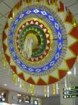 鳥取駅改札上に飾られた、地元の伝統芸能「しゃんしゃん傘」。