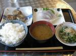高松シンボルタワー内にある「いただきさんの海鮮食堂」。讃岐うどんのように自分でおかずを選べるセルフ、いやカフェテリア方式。選んだのは太刀魚の巻物、刺身盛合せ、オクラとしめじのおひたし。めし大と味噌汁で