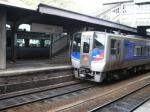 徳島駅は県庁所在地の玄関駅にしては古く、手狭。木造の跨線橋が健在。