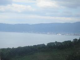 大分空港道路の車窓から眺めた別府湾と別府の町並み。  大分の海岸沿いは温暖で自然が豊富。