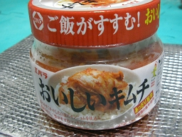 川崎Fのホームゲームで配られた「エバラおいしいキムチ」。本当にうまかった。下に敷かれている銀色のものが保冷袋。