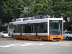 松山の散策には市電が便利。低床式の最新型の車両。