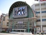 市駅から延びるアーケード・銀天街。入口の大型ビジョンが目立つ。