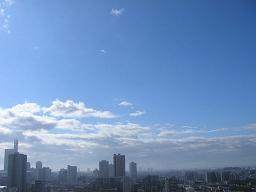 台風13号が去った大宮の朝。でも西の方には次の雲が。