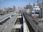 ミニガーデンから武蔵小杉方面の眺望。東横線の高架を挟む形で、将来延伸してくる目黒線の橋桁が準備されている。