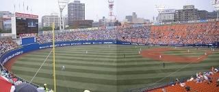 人工芝が鮮やかな横浜スタジアム。残念ながら今日は雨。(合成写真)