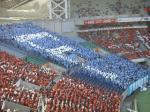 アウェーゾーンの川崎も青地に「F」の人文字で対抗。