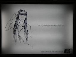銀座駅のホームで見かけた広告。栗山千明のイラスト。アクセサリーをつけている