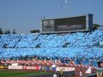 11/3、サッカー・ナビスコカップ決勝戦の国立競技場。青空と川崎フロンターレ側スタンドのサポーターが掲げる青いボードが溶け合う。