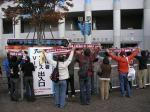 等々力入りする神戸の選手を鼓舞するサポ