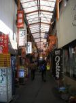 大宮駅東口正面にある「すずらん通り」。狭く古いアーケード街。