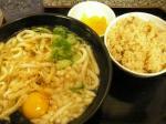 大阪庶民の味、うどん&かやくごはん。東京と違い、大阪は街の立ち食いうどんでもレベルが高く、外れがない(と思う)。JR天王寺駅ホームの立ち食いうどん屋にて。