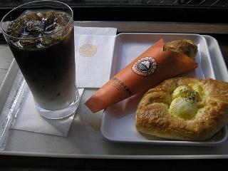 サンマルク。左からアイスカフェラテ、チョコクロ、びっくりたまご。