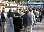 新橋駅前の宝くじラッキーセンター。年末ジャンボを求める長蛇の列。