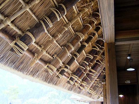 かやぶき屋根の軒下