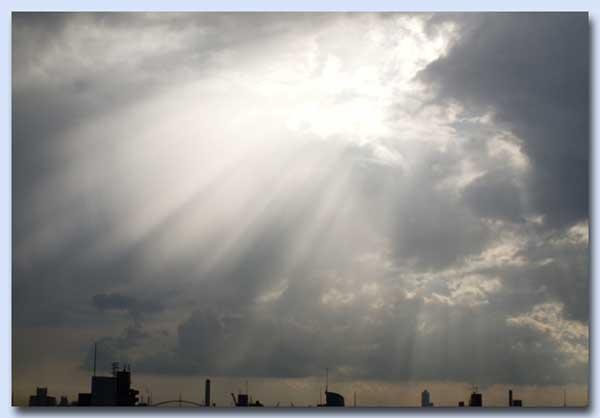 雲の間から日の光が・・・・・。