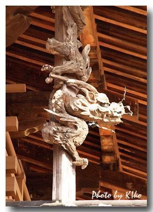 金堂の飾り柱