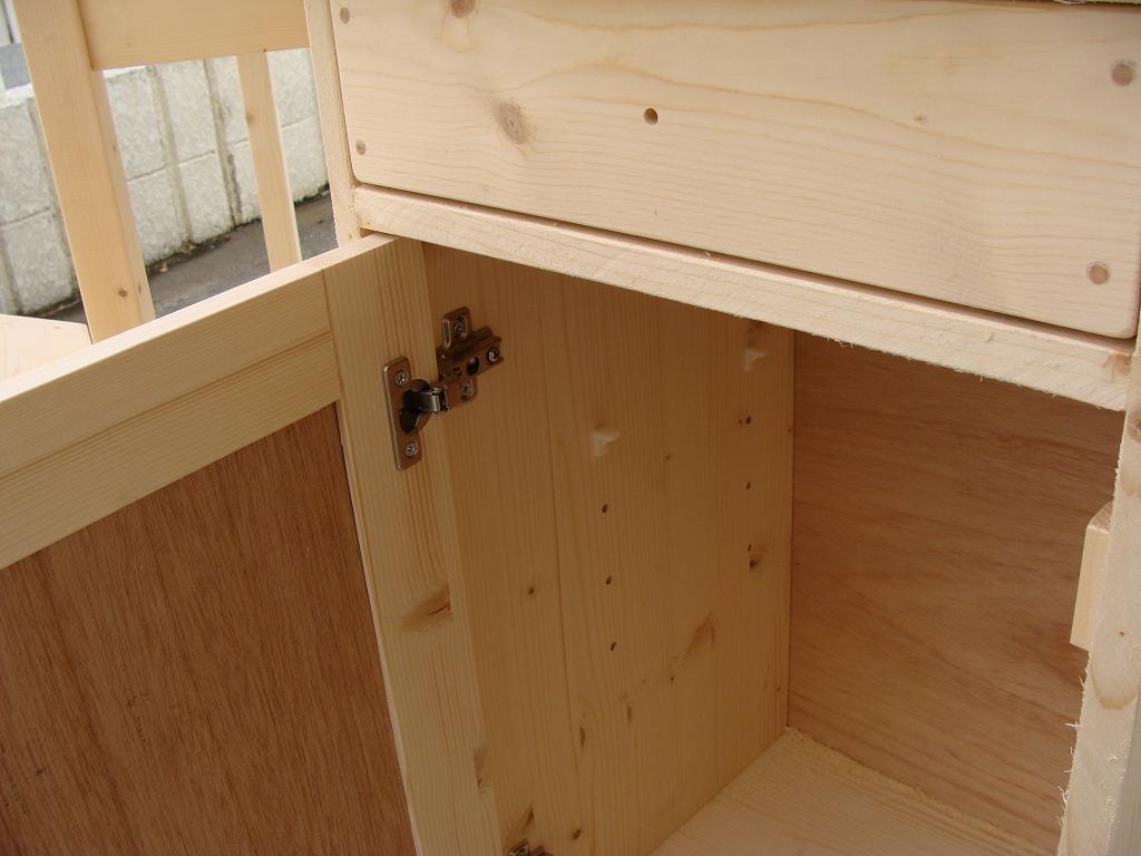 キャビネットの扉はスライドヒンジ仕様!棚板の高さもかえられます
