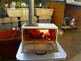 s-豆炭と松ぼっくりを入れて着火