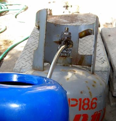 s-ボンベに水を入れて残留ガスを排出