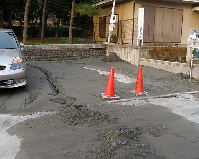s-駐車スペースも砂だらけ