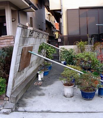 s-倒壊しかけのブロック塀