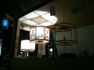 天井に映る灯籠の光も幻想的