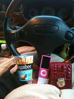 車の中で、少しのお菓子とお茶、毛布でしのいだ