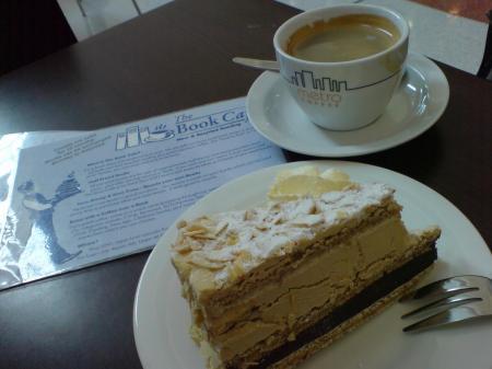 ブックカフェのコーヒーとケーキ
