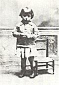 女装する幼い日のバルト