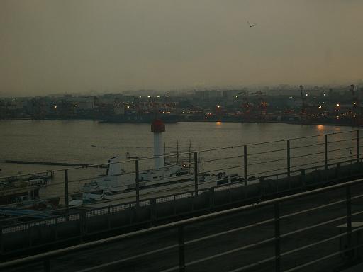 明日への飛翔 台場・船の博物館を眺め見る