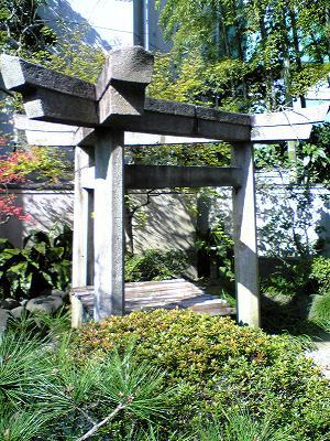 三囲神社 囲い