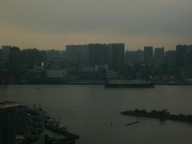 台場から夕闇の港を眺め見る
