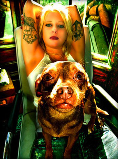 Tattooが入った悪っぽいお姉さんの写真