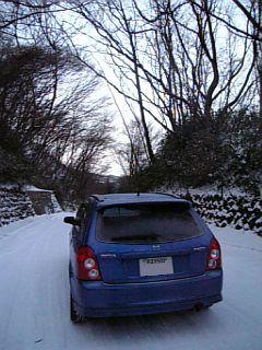 雪の中のファミリアSワゴン、後姿