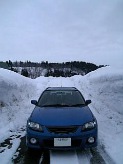 雪の壁とファミリアSワゴン