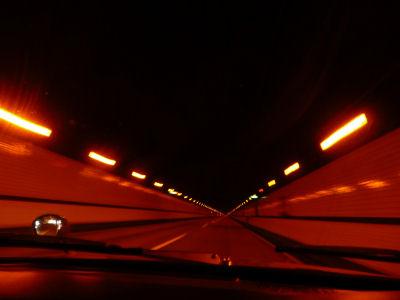 関越トンネル走行中