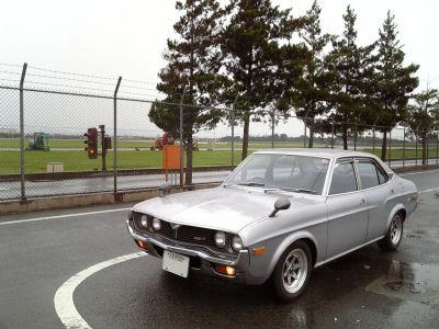 ルーチェと雨の横田基地の滑走路
