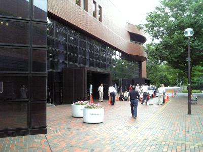 日野市民会館前に並ぶ観覧者